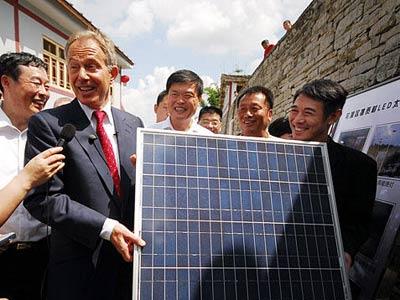 李连杰与英国前首相启动太阳能计划